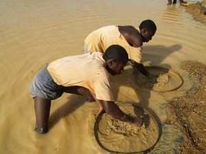 """Sierra Leone's 11-year-long civil war was fuelled by """"blood diamonds"""", and today tens of thousands of young men continue to seek a living by hunting diamonds in artisanal mines. It is extremely arduous work in water-filled pits, swarmed by black flies, often for nothing but a bowl of rice a day, as is the case for Ibrahim Bondo, in the artisanal mines in the town of Koidu, Kono District. (Photo: Joan Baxter)"""